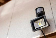 Photo of Houd inbrekers buiten met een bewegingssensor lamp